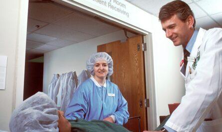 Pacienta, který prodělal infarkt převáží na oddělení.