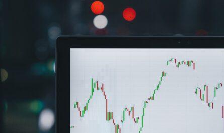 Podílové fondy a jejich hodnota zobrazená na notebooku.