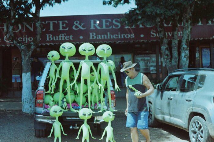 Mimozemšťané na voze, kteří zaujali kolemjdoucího.