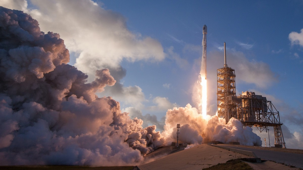 Startující raketoplán v rámci projektu NASA.