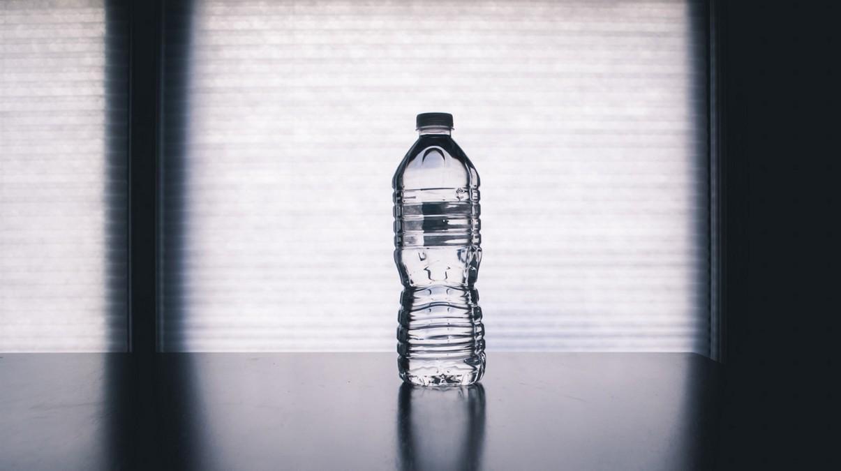 Láhev vody, která Vám umožní dodržovat pitný režim.