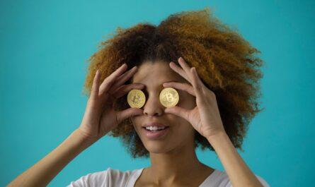 Dívka s mincemi na očích, která využívá stavební spoření.